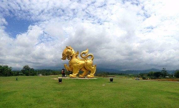 белый храм в городе чианграй