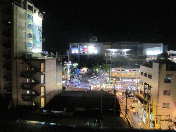 Ночной вид из того-же окна на Секонд, справа 13 сойка. Впереди ТЦ Паттайя Авеню