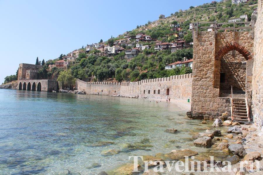 Пляж около крепости