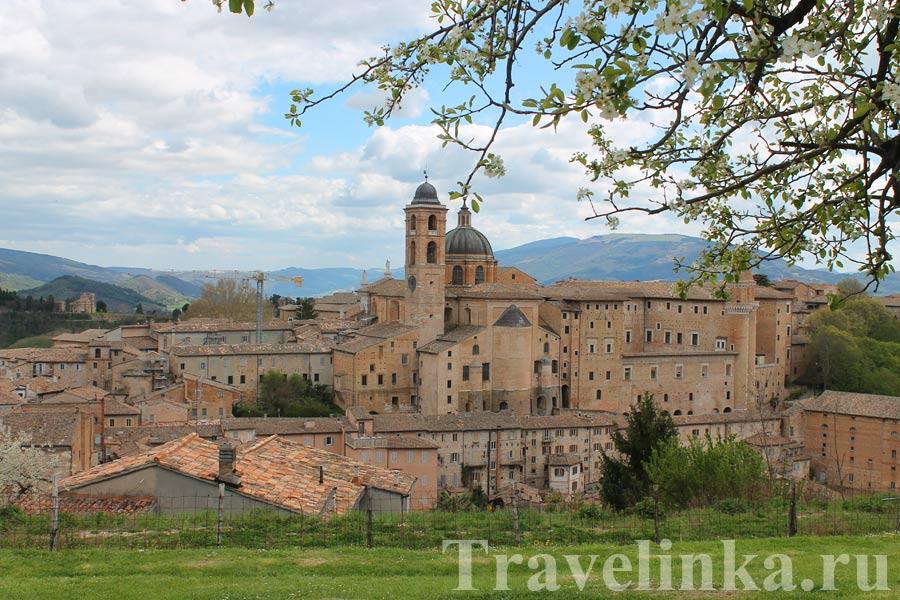 Вид с крепости Альборнос на Урбино, Италия