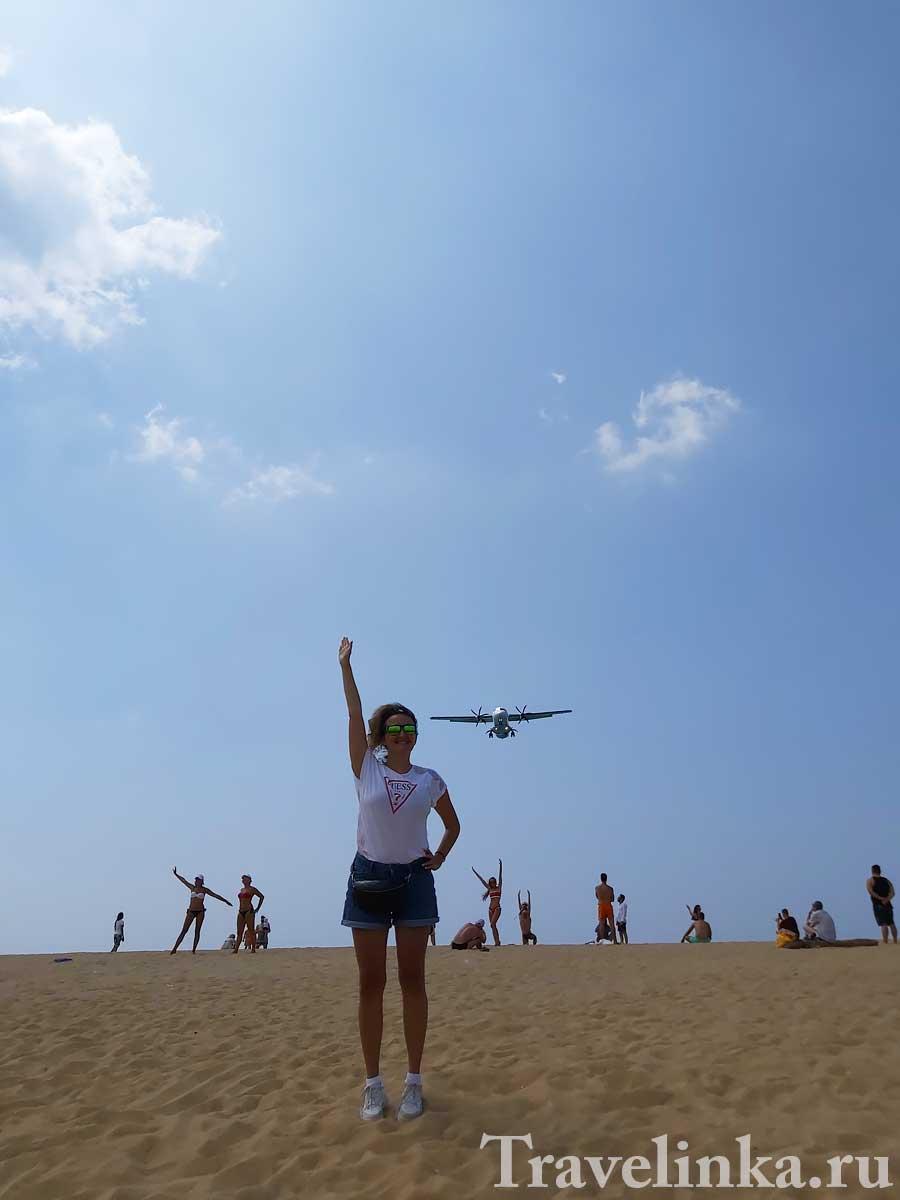Пляж Май Кхао с самолетами