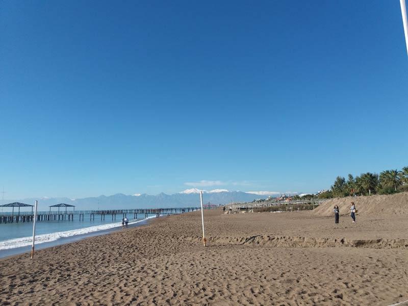 Пляж в Анталии зимой