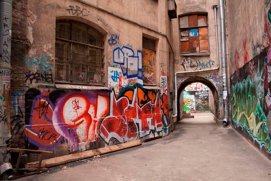 Двор с граффити